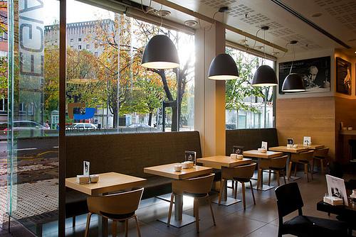 La cafeteru00eda del hotel Astoria7 en San Sebastiu00e1n es un cafu00e9 urbano ...